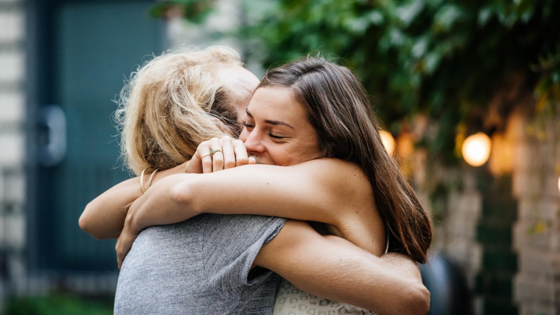 Kuscheln mit FreundIn, Freundinnen, umarmen