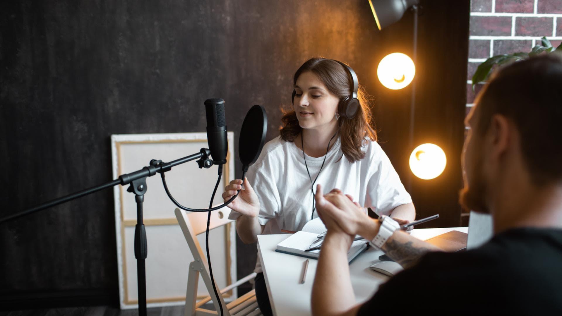 junge Frau podcast mikrofon