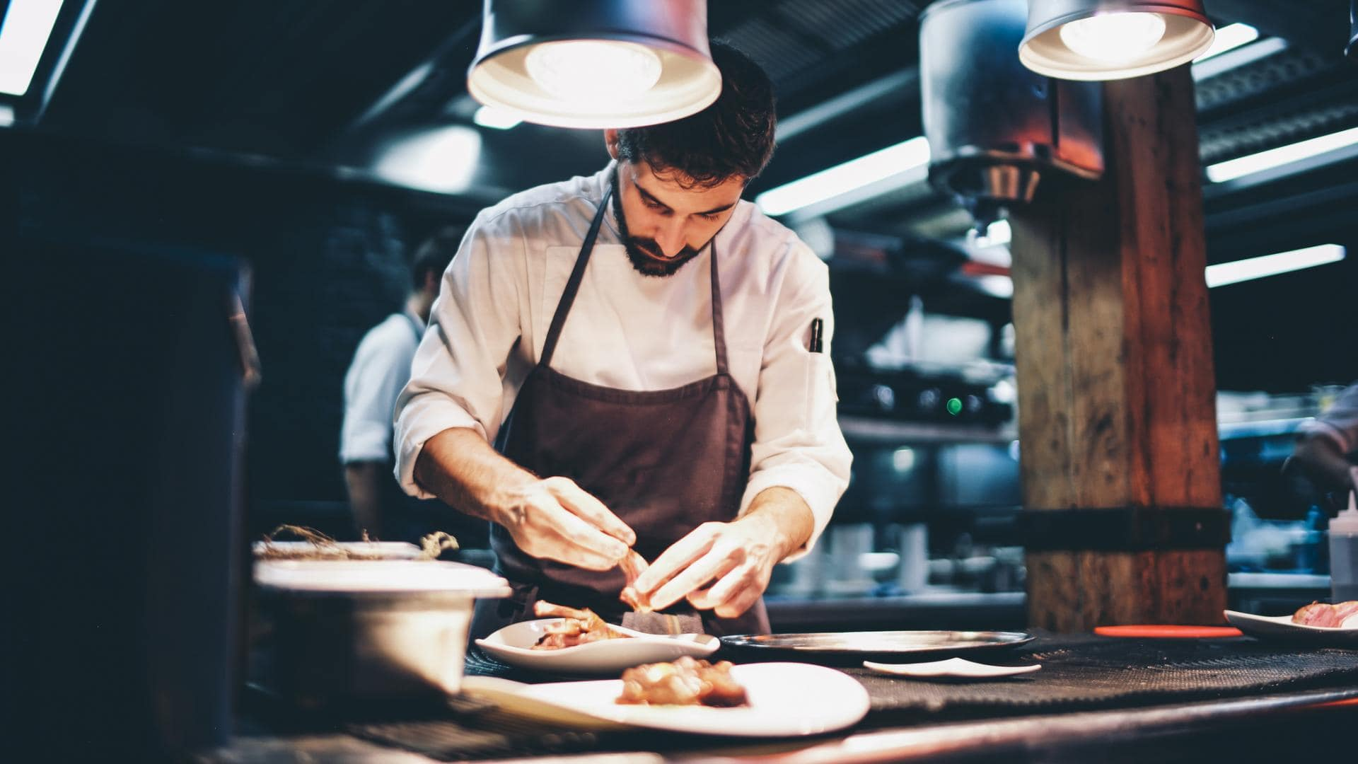Koch Essen Küche anrichten servieren