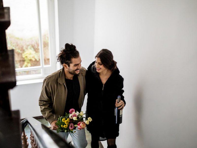 Paar, Treppe, Blumen