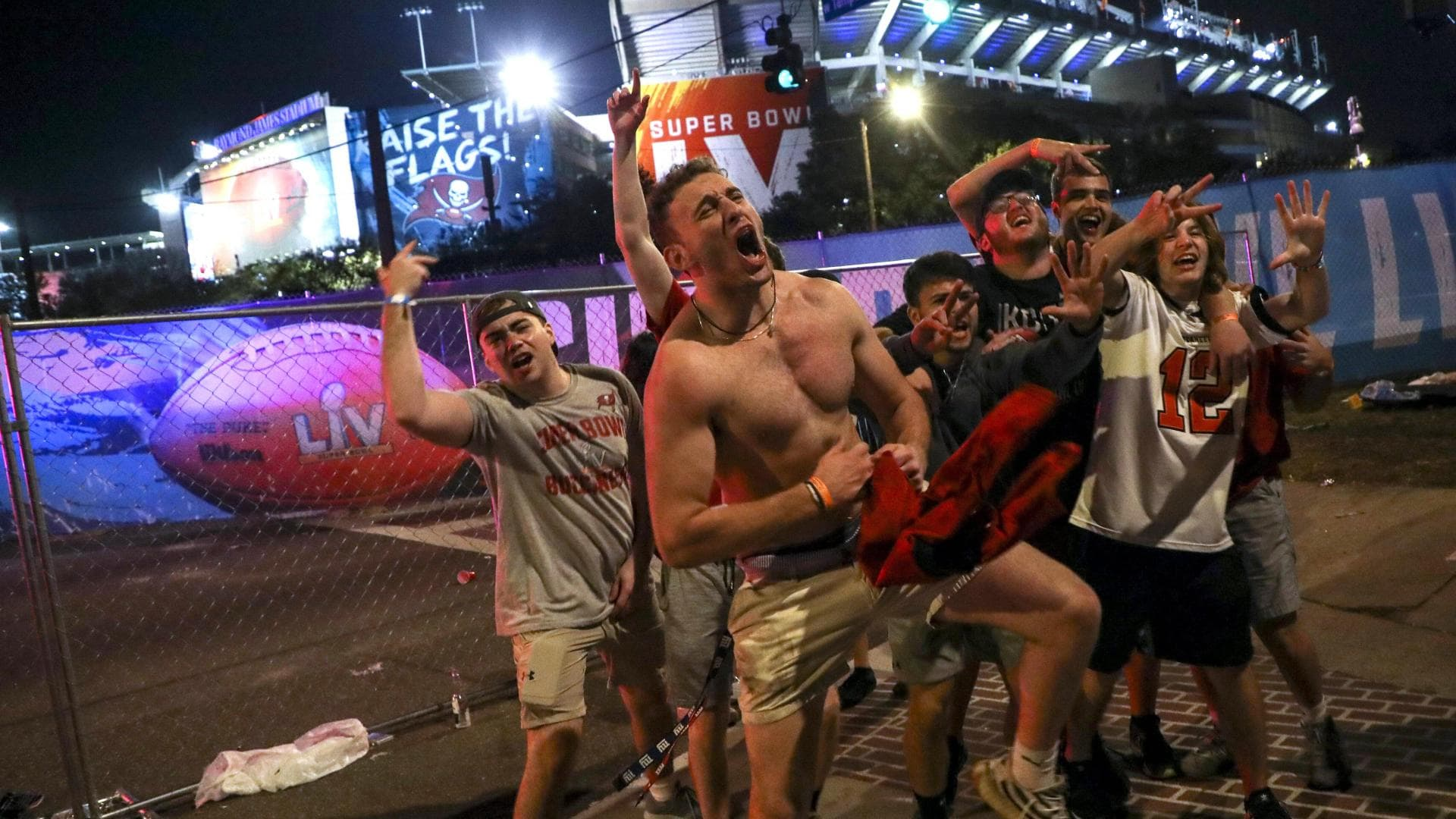 February 7, 2021, Tampa, Florida, USA: Fans celebrate theTampa Bay Buccaneers victory over the Kansas City Chiefs in Super Bowl 55 outside Raymond James Stadium in Tampa on Sunday, Feb. 7, 2021. Tampa USA - ZUMAs70_ 0112361876st Copyright: xIvyxCeballox