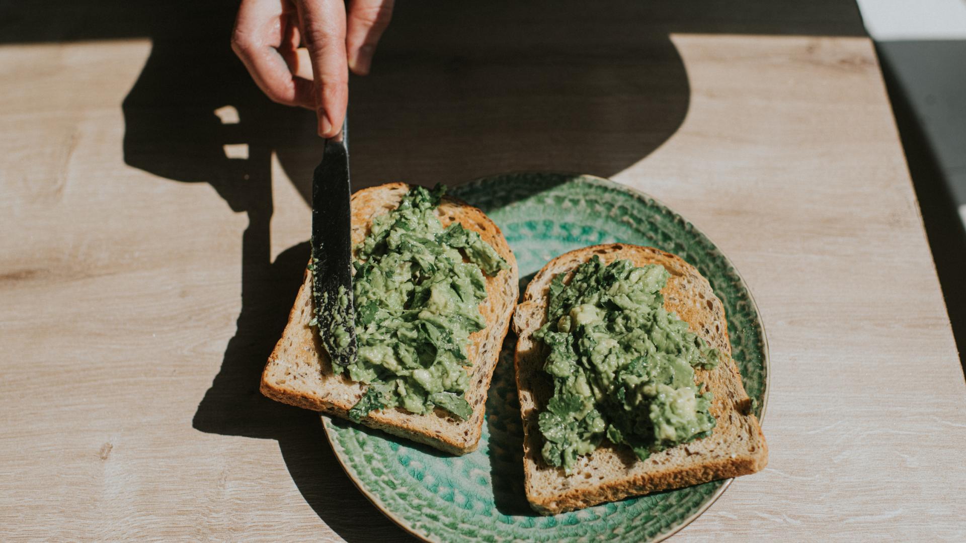 avocado toast gesundes essen