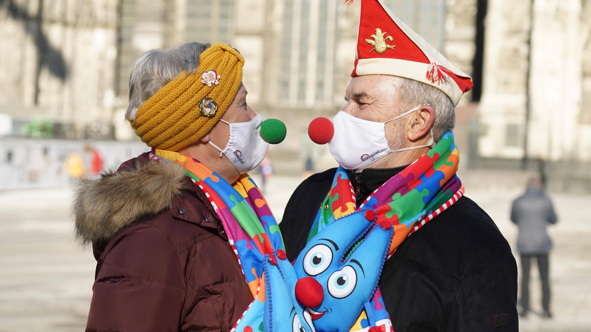 karneval mann frau maske clownsnase schal kölner dom