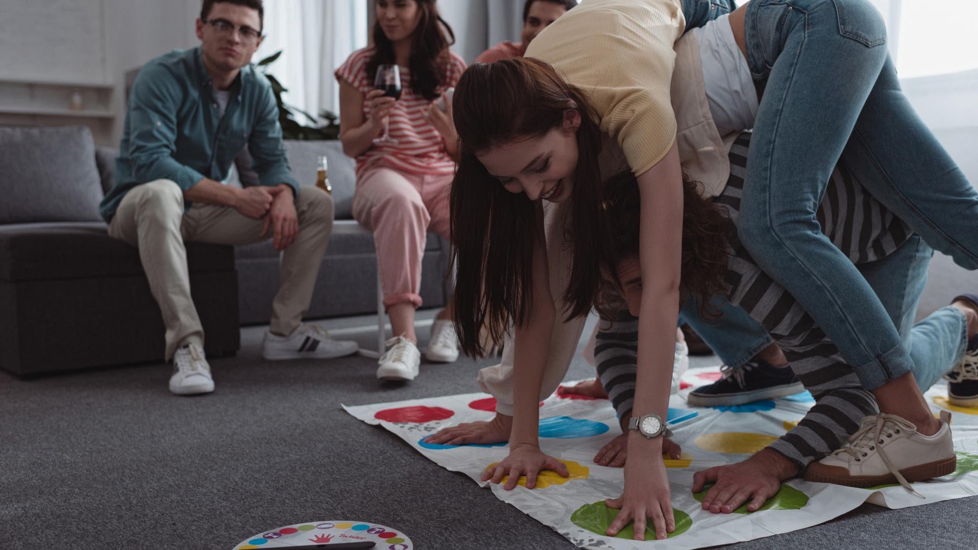 twister junge menschen spieleabend partyspiele für erwachsene