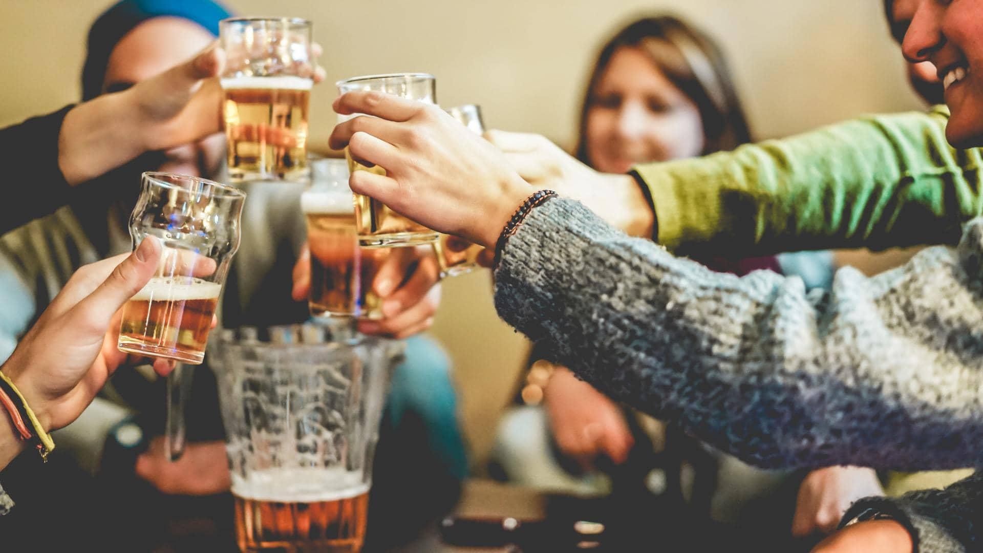 spieleabend bier freunde mann frau partyspiele für erwachsene