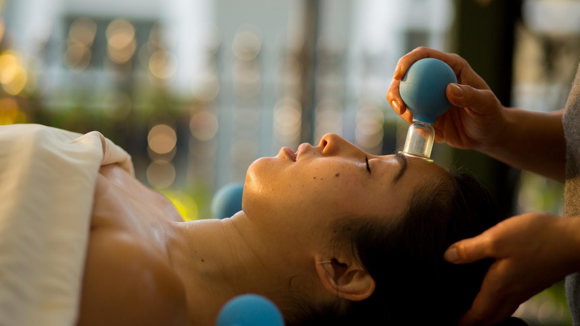 frau schröpfen massage wellness