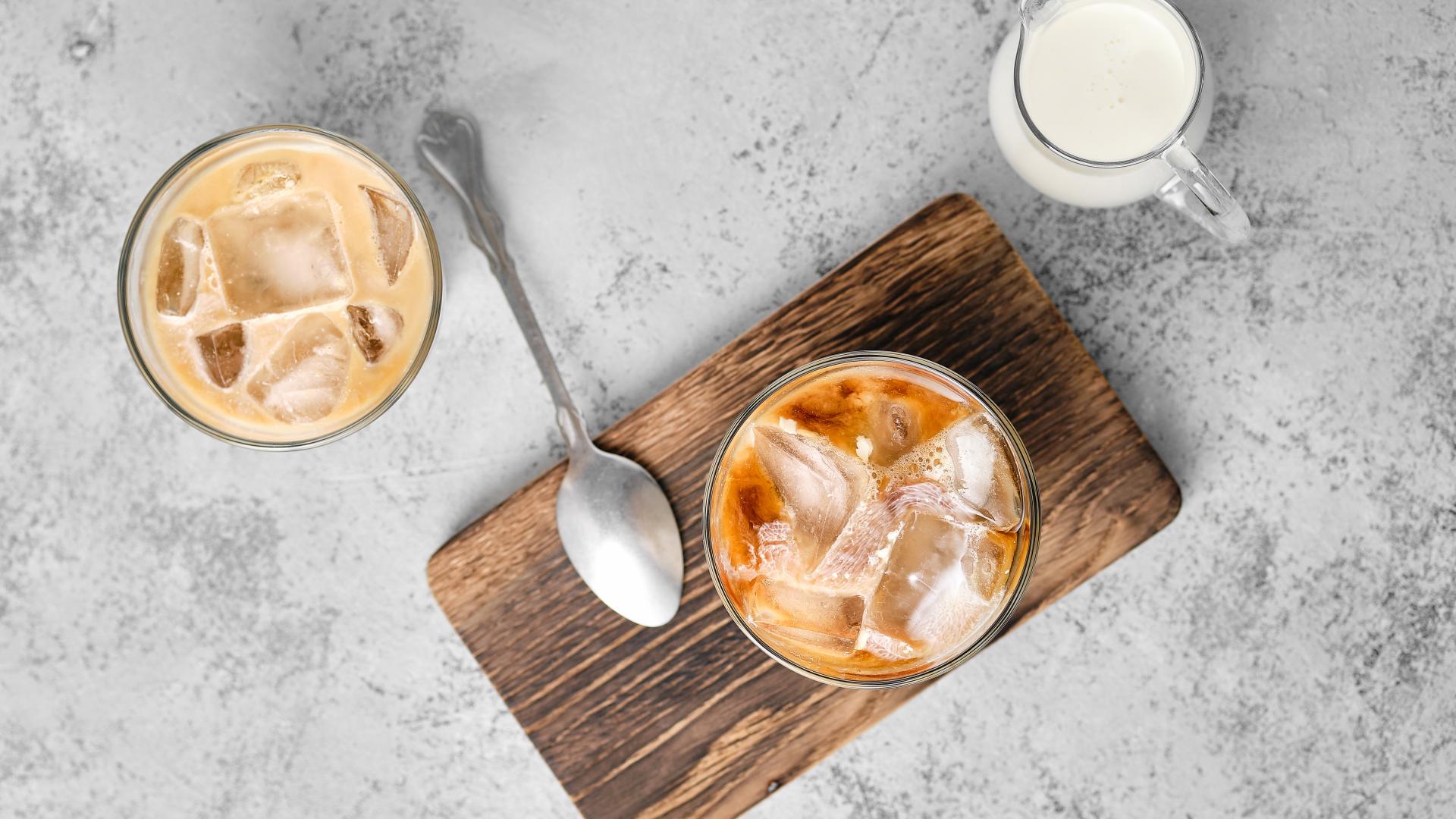 iced coffee eiskaffee brett löffel milch