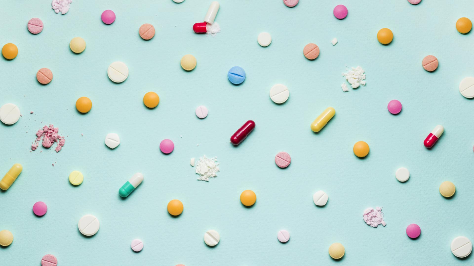medikamente bunte pillen flat lay