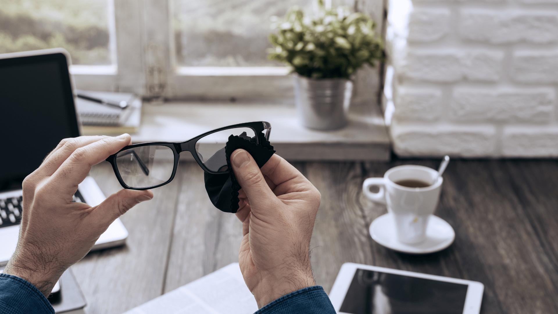 brille putzen microfaser tuch office kaffee ipad