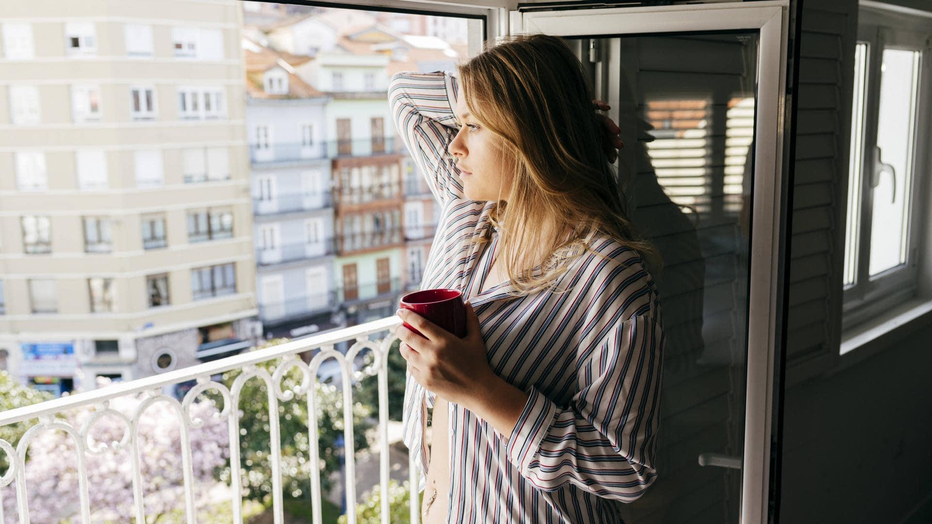 Frau, Kaffee, Fenster