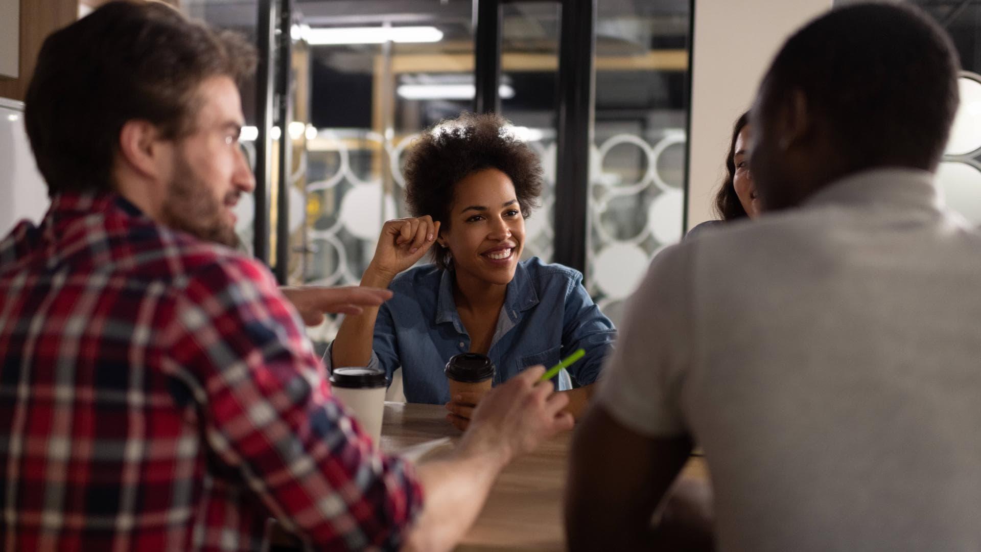 Kollegen frauen männer kaffee arbeit brainstorming