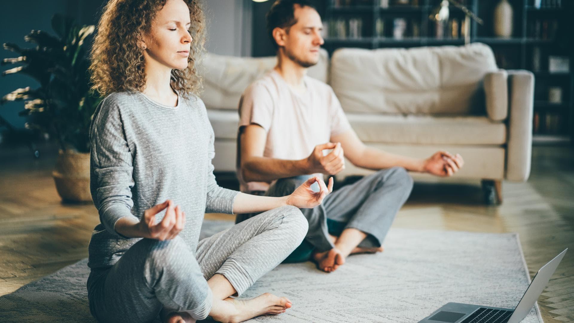 yoga pärchen schneidersitz meditation mann frau