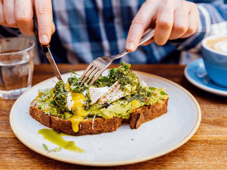 avocado toast ei essen kaffee frühstück
