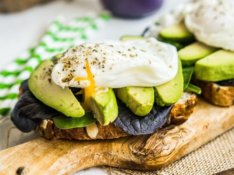 avocado brot ei brett frühstück
