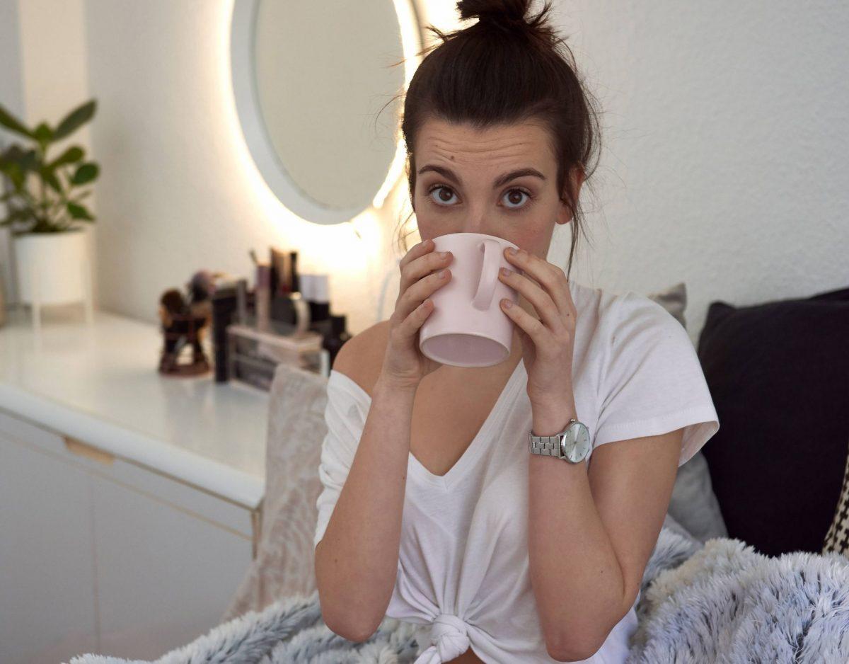 morgens kaffee trinken bettdecke bett frau
