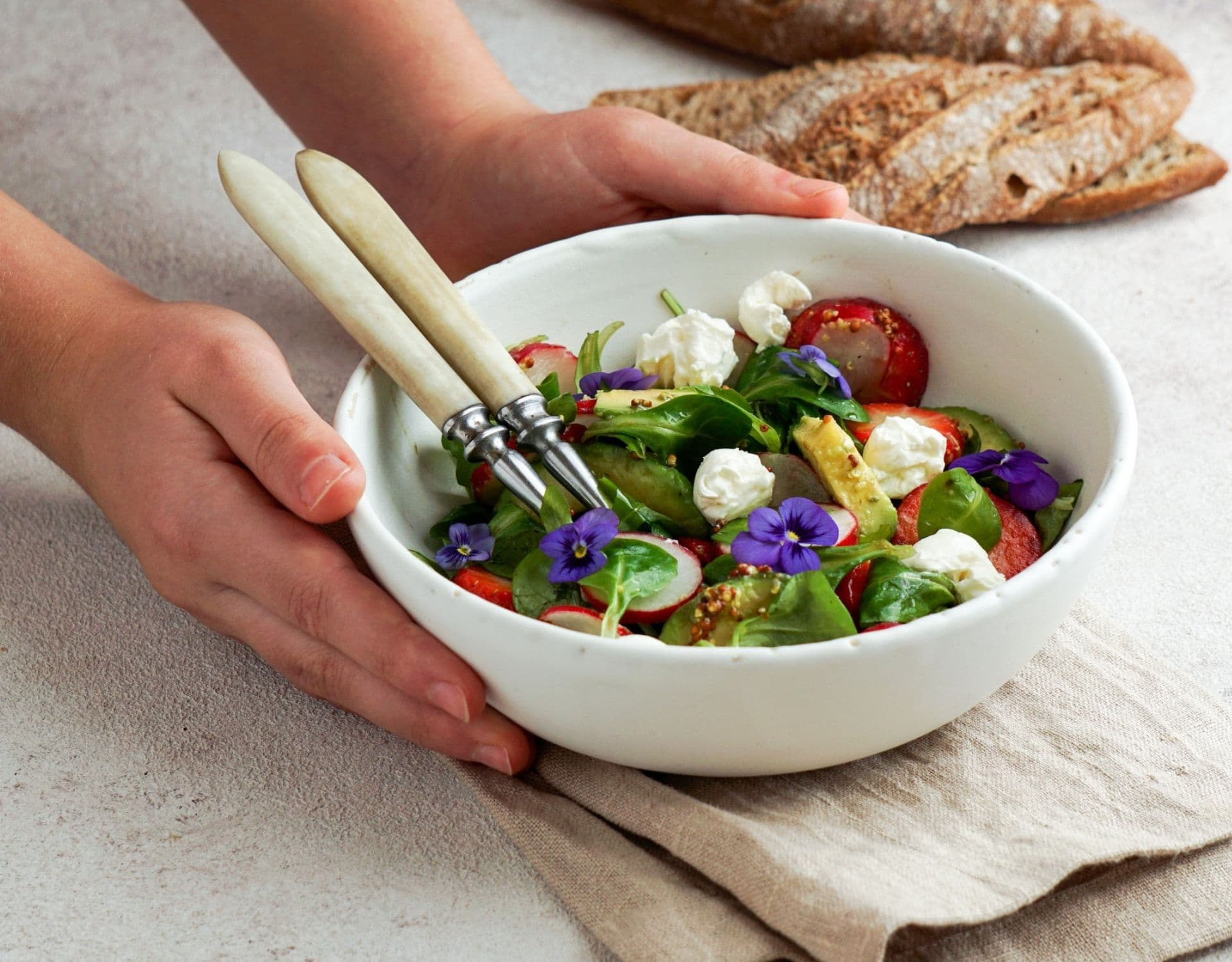 avocado und erdbeere salat
