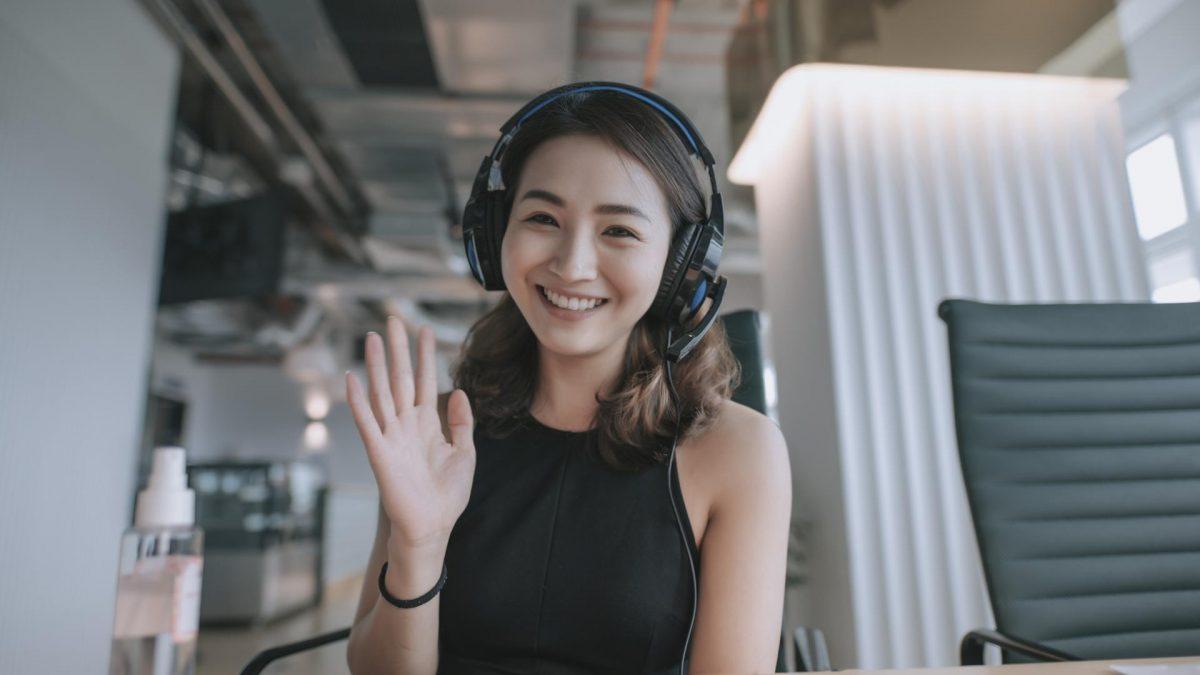 chinesische Frau winkt