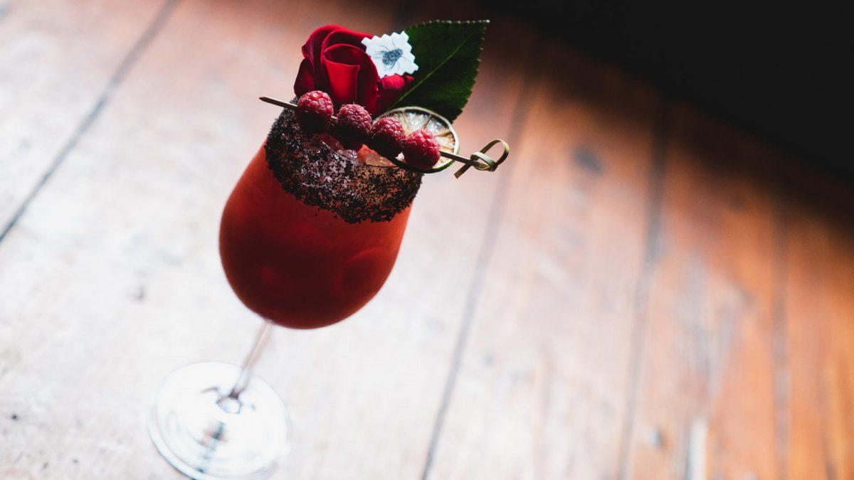 drink cocktail rot rosenblätter erdbeeren
