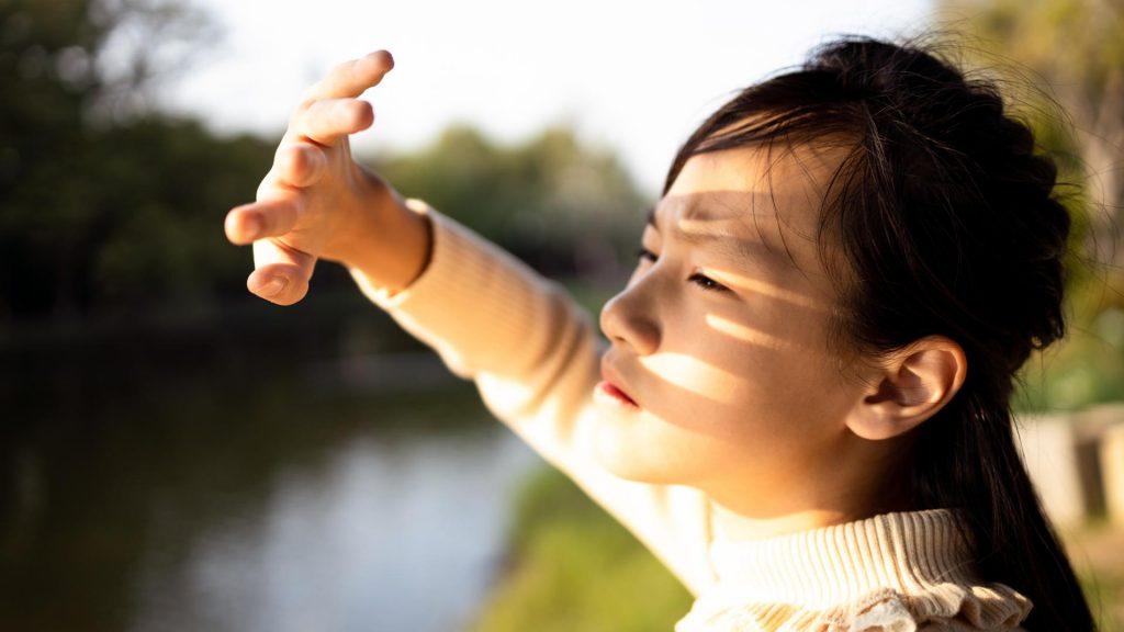 frau asiatisch sonne hand sonnenallergie