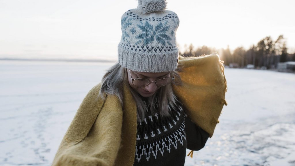 frau frieren schal mütze handschuhe winter kälte schnee