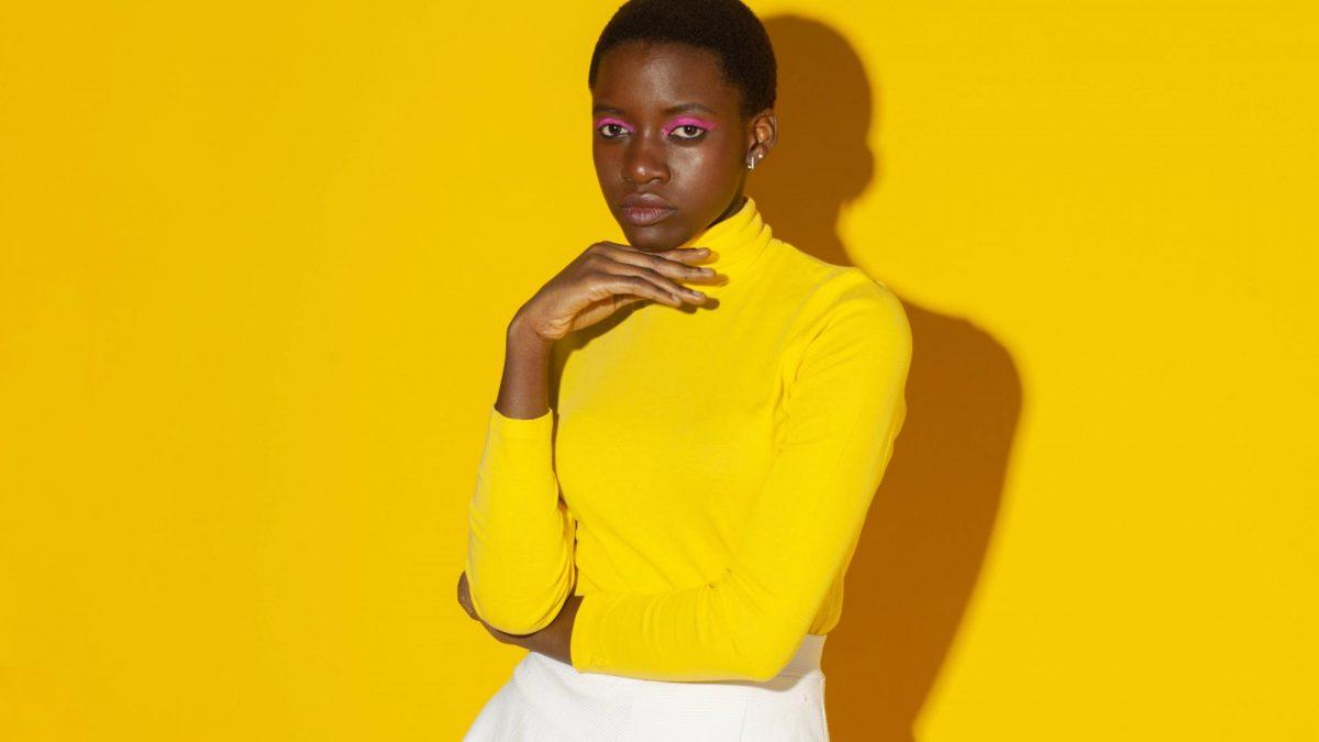 frau schwarz dunkel gelb pullover make up haut style fashion