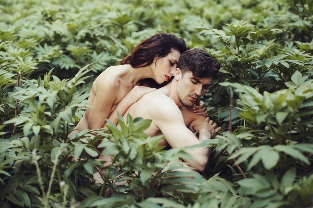 green sex couple natur wald verliebt paar