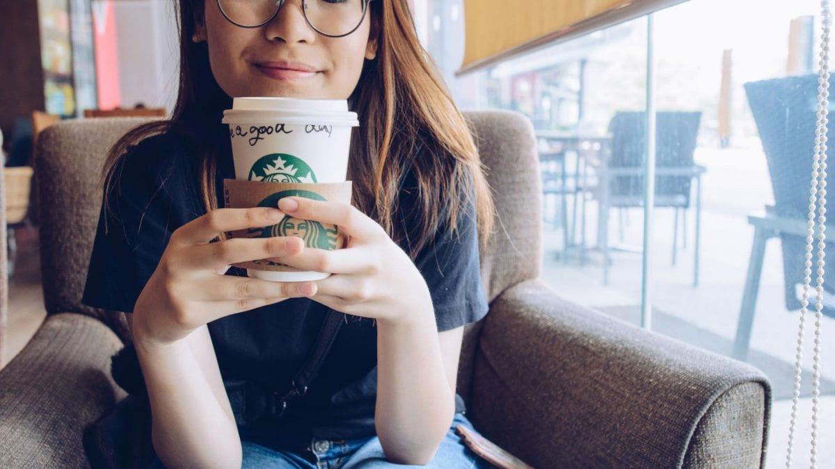 starbucks kaffee frau brille asiatin sessel