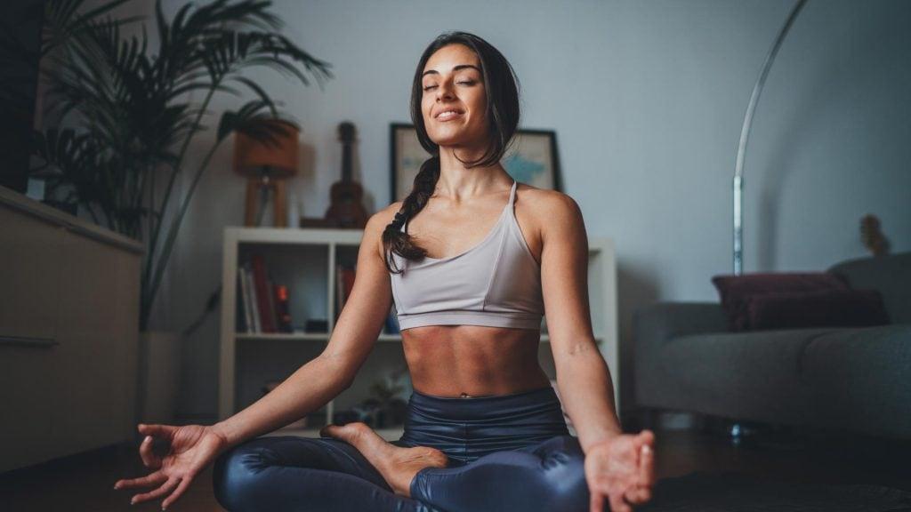 yoga frau schneidersitz meditation sport