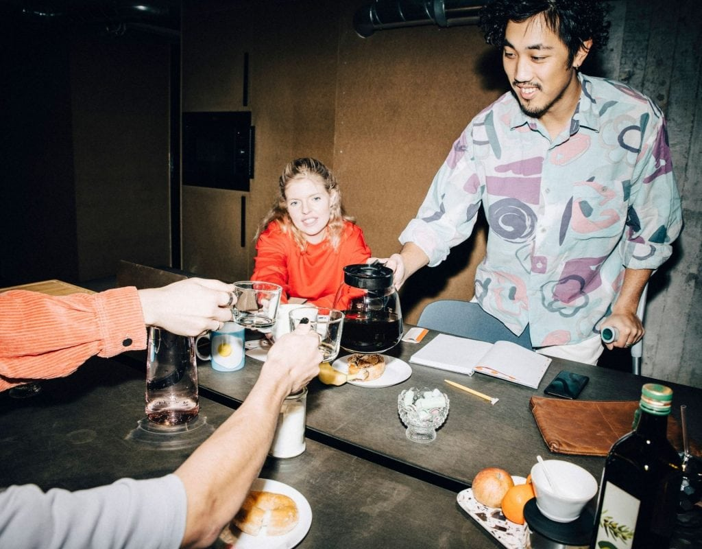 skandinavien schweden mann cool hipster kaffee milch party