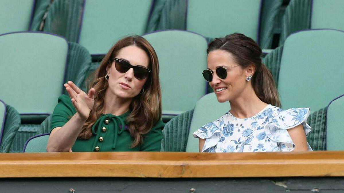 Herzogin Kate (li.) mit ihrer Schwester Pippa Matthews beim Tennisturnier in Wimbledon im Jahr 2019.. © imago images / i Images