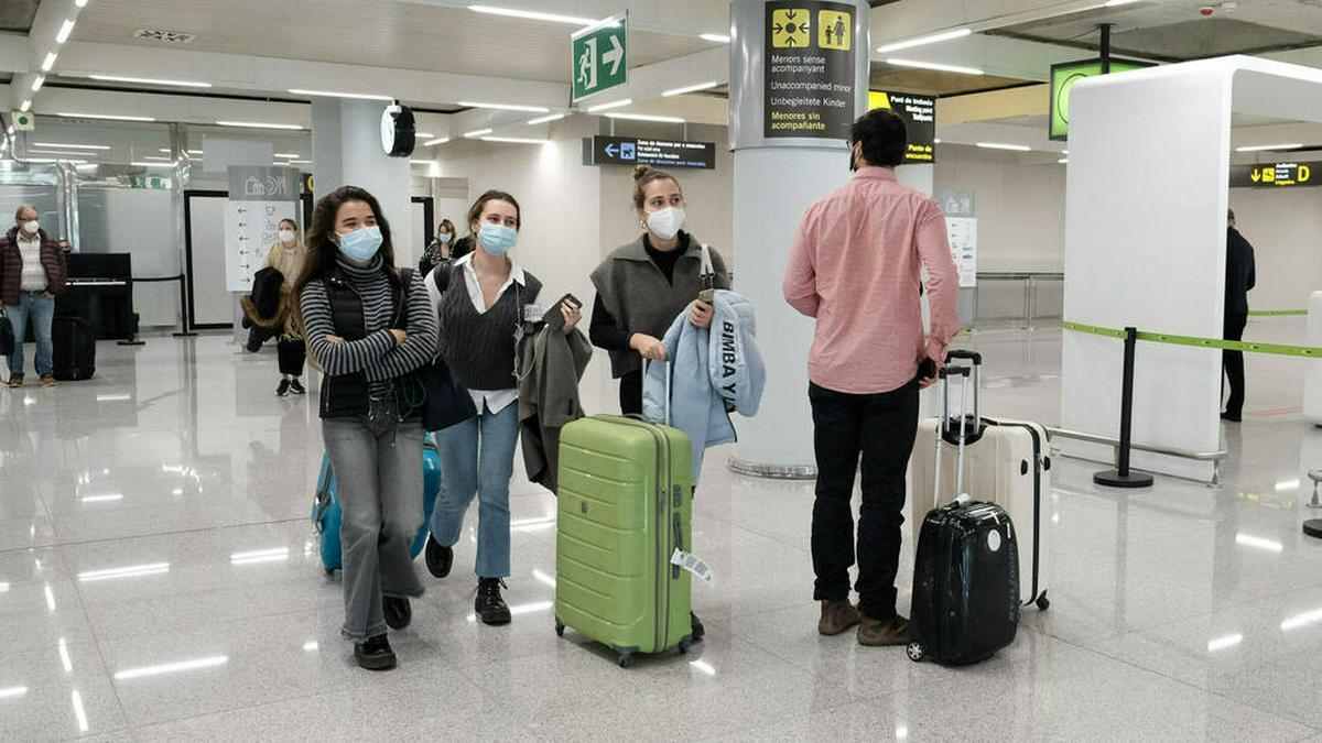 Touristen am Flughafen von Mallorca.. © imago images/Lagencia