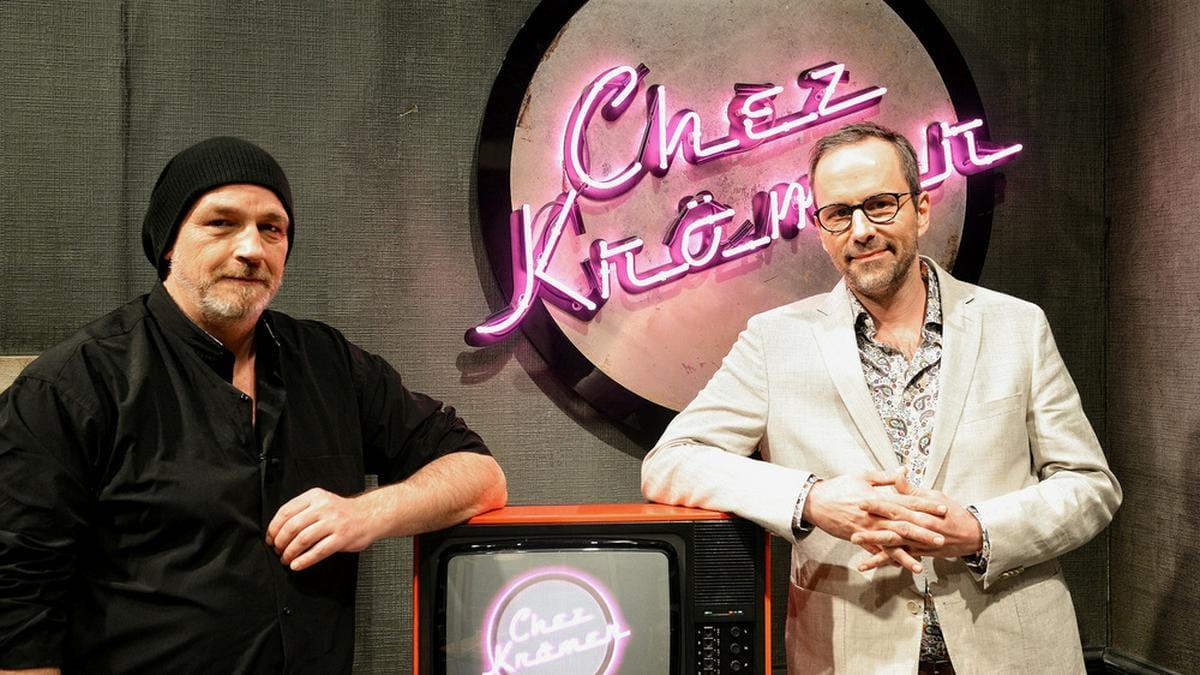 """""""Chez Krömer"""": Gastgeber Kurt Krömer begrüßt in der Auftaktsendung Kabarettist und Schriftsteller Torsten Sträter.. © rbb/Daniel Porsdorf"""