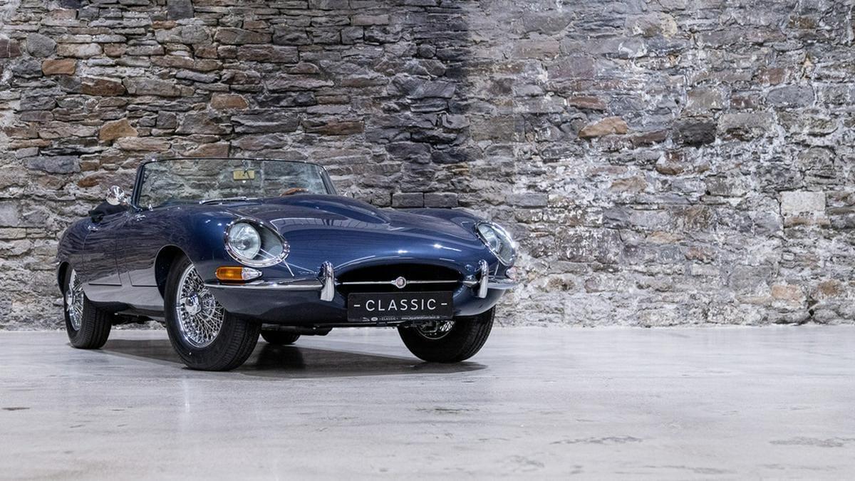 Als dunkelblaues Cabriolet steht der Jaguar E-Type sogar im MOMA in New York.. © Jaguar