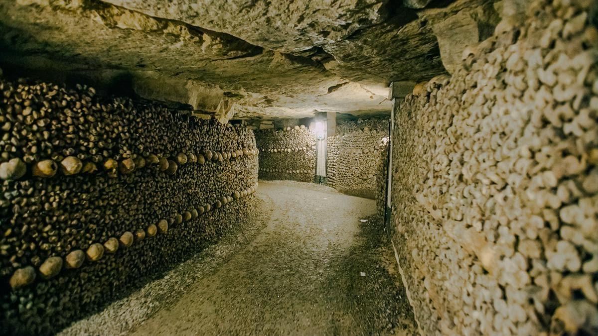 In den Katakomben von Paris lagern die sterblichen Überreste von Millionen von Menschen.. © Kelli Hayden / Shutterstock.com
