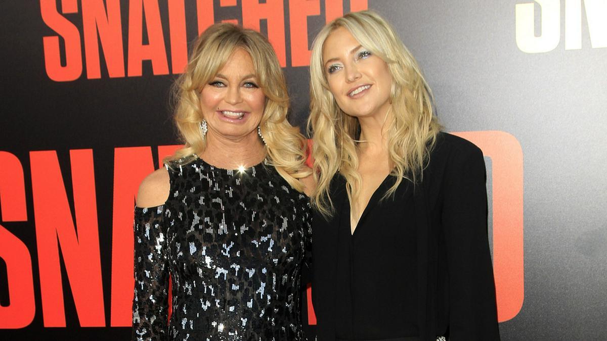 Kate Hudson (r.) mit ihrer Mutter Goldie Hawn bei einer Veranstaltung. © Kathy Hutchins/ shutterstock.com