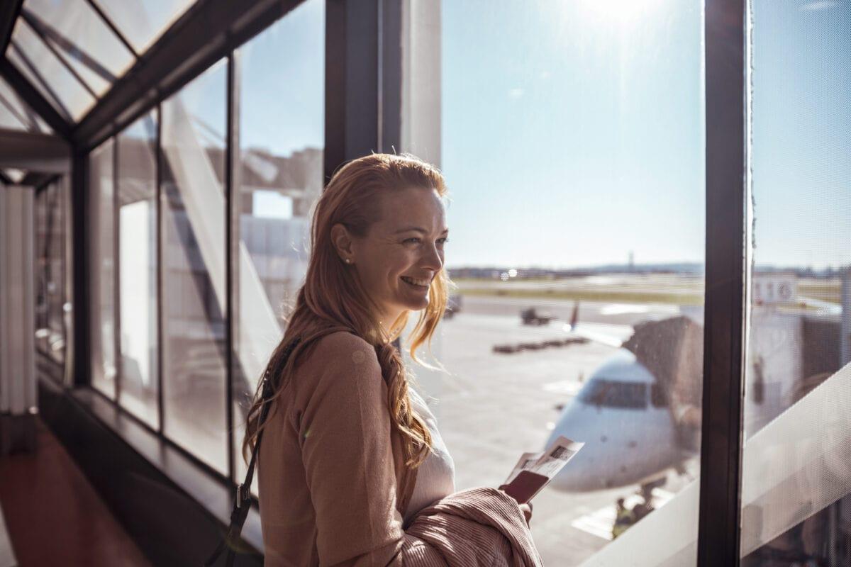 Urlaub alleine Reise Flugzeug Frau