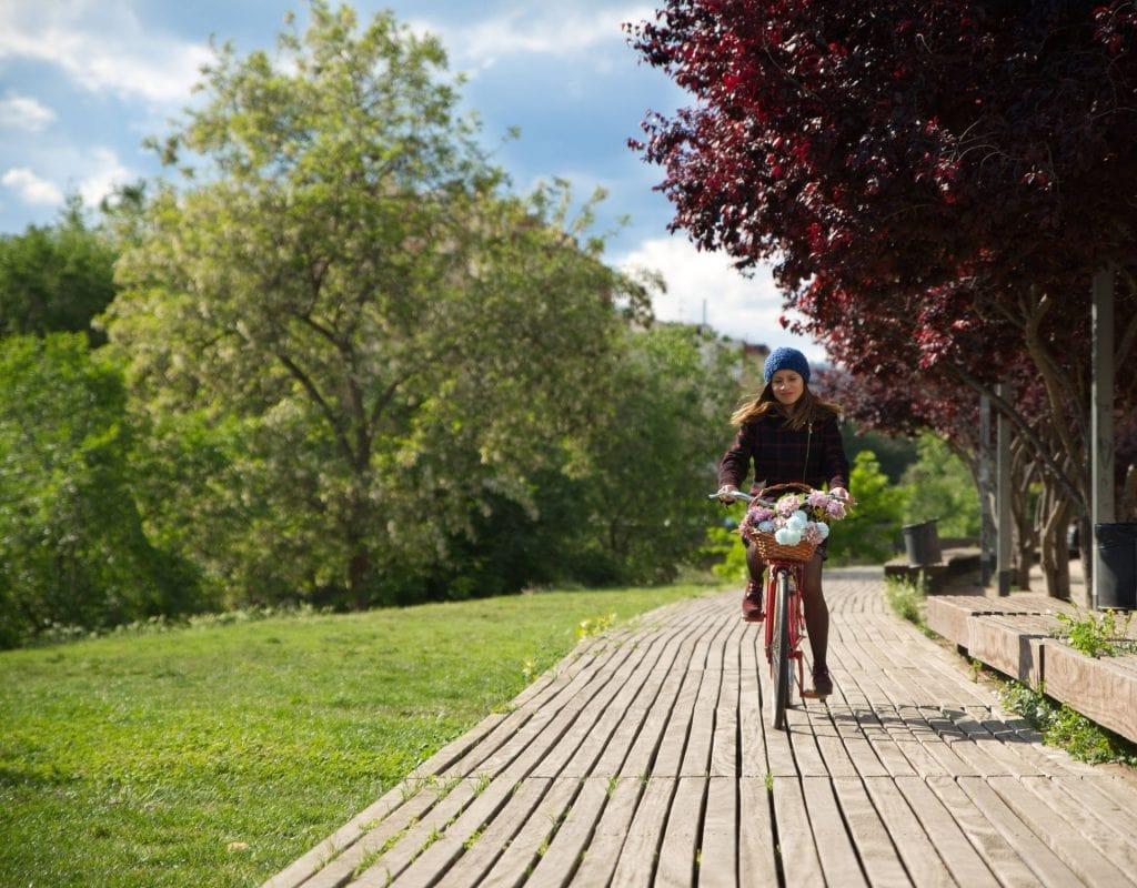 Pollenallergie druaßen park frau fahrrad natur