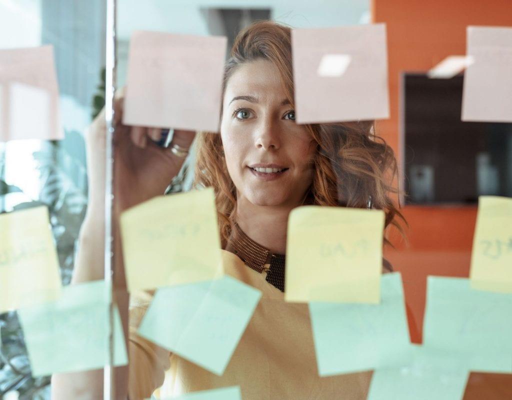 entscheidungen treffen post it brainstorming frau