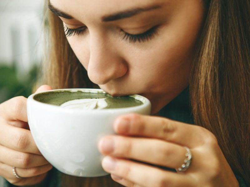 matcha latte matcha art frau trinken