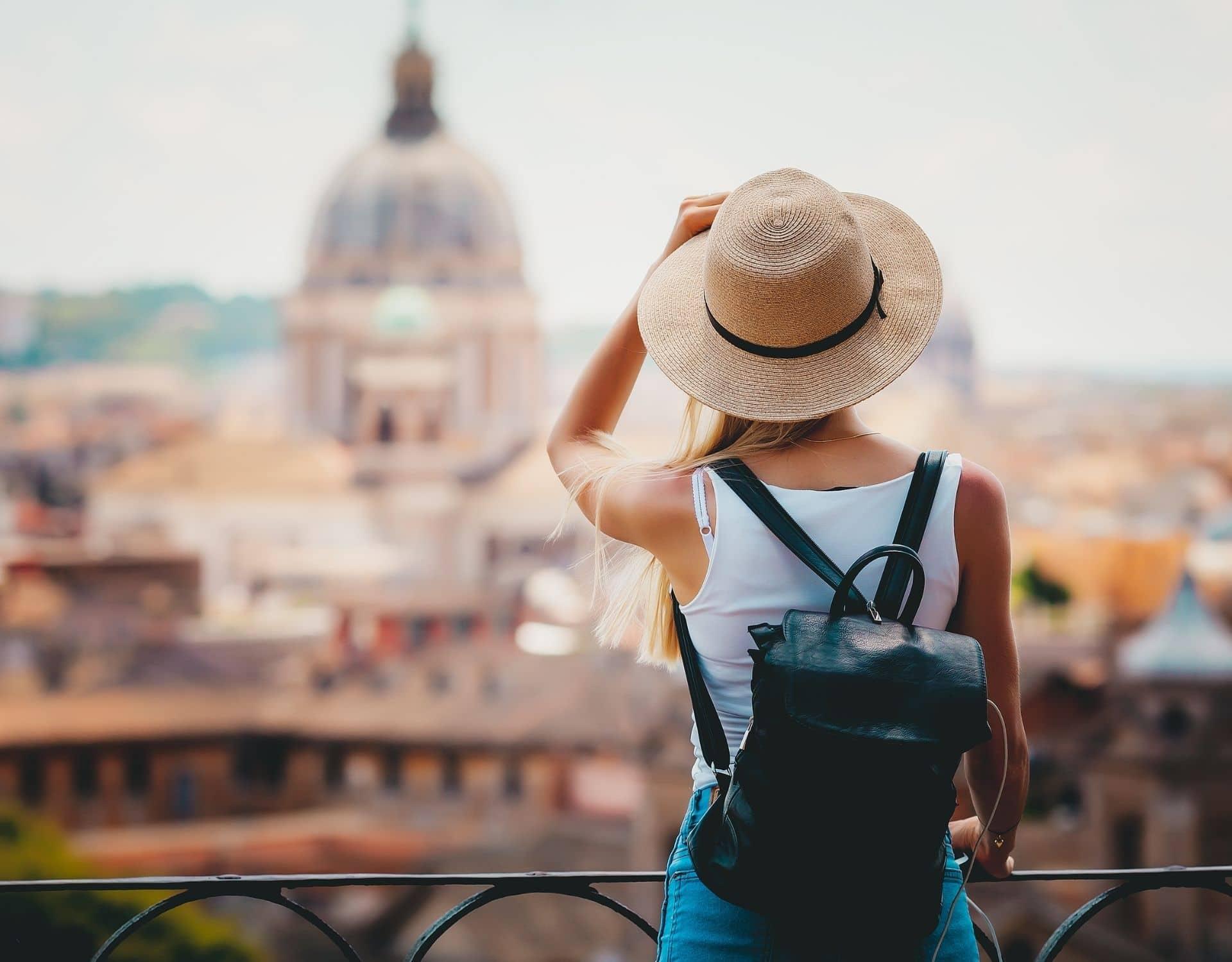 urlaub alleine alleine reisen rucksack frau rom hut