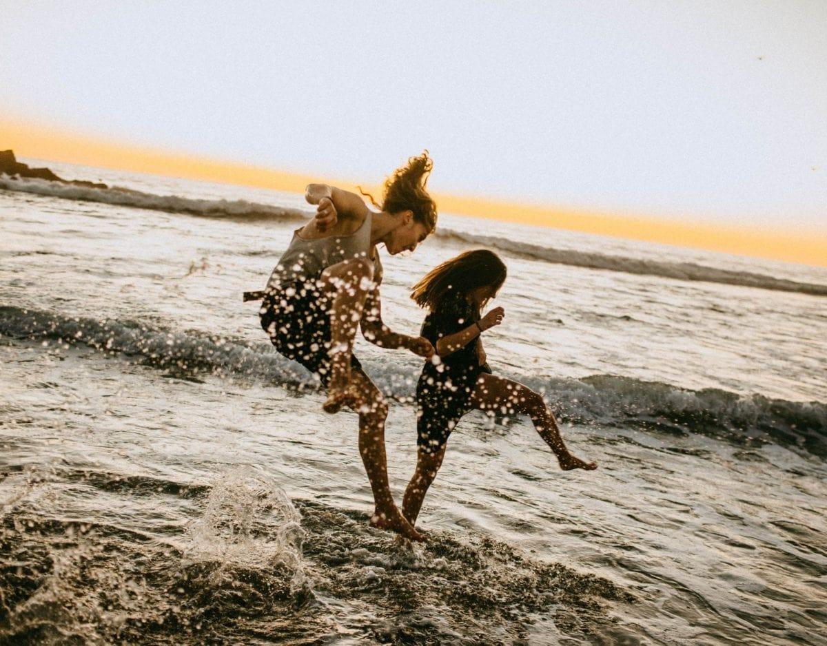 paar strand springen fröhlich glücklich happy urlaub