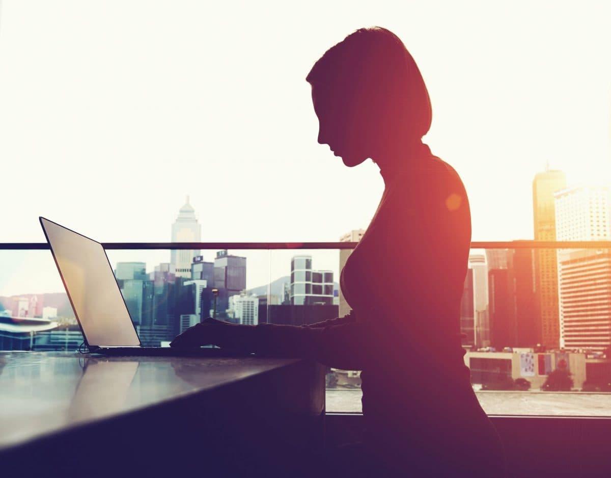 anonyme bewerbung frau laptop