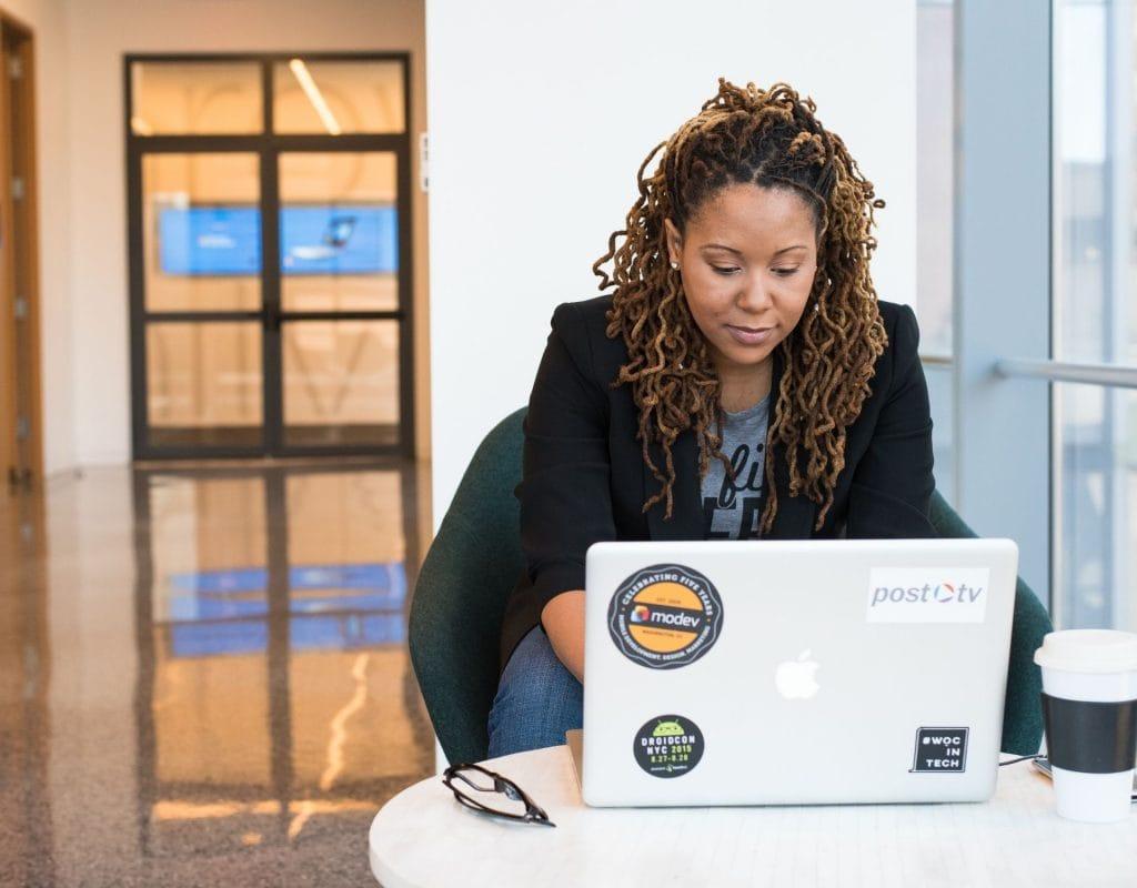 Programmierkurs für schwarze Frauen poc laptop