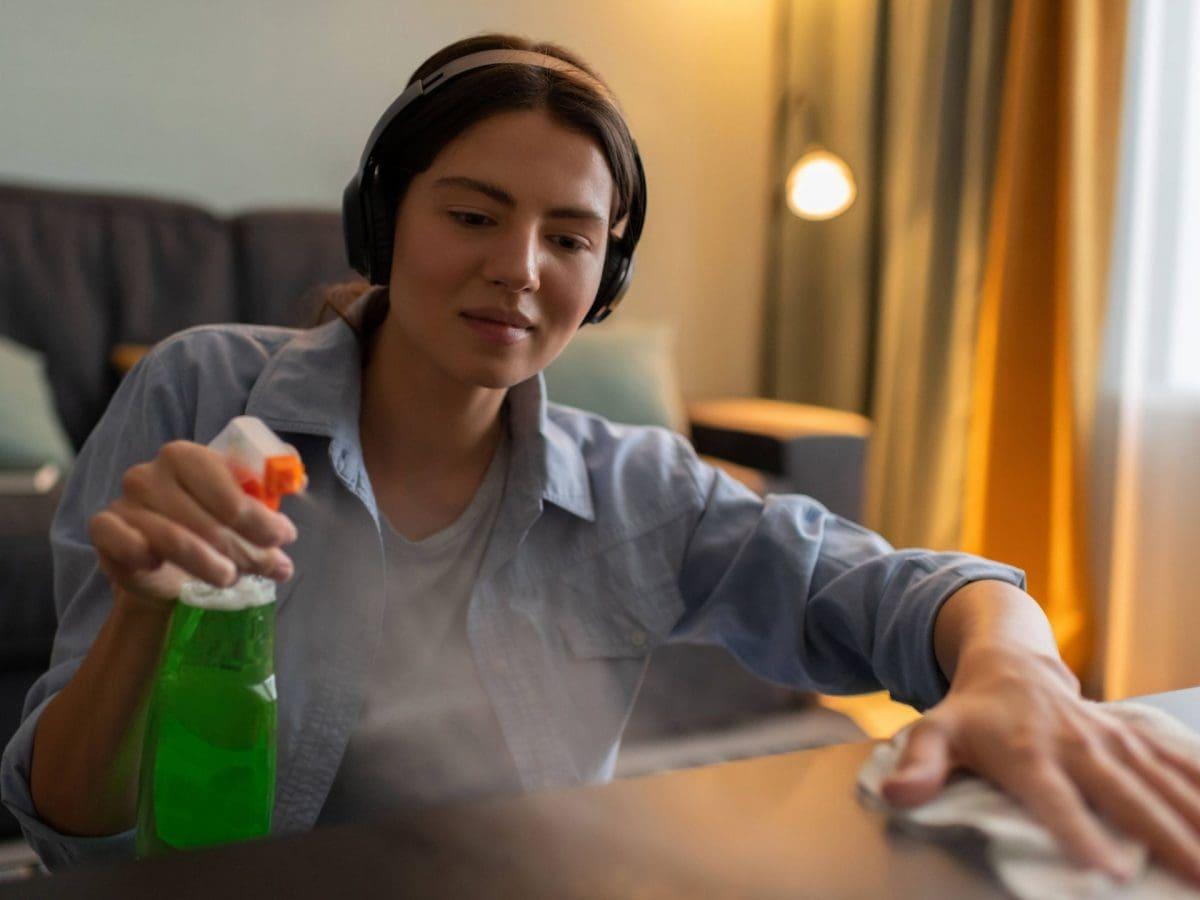 putzen frau frühjahrsputz glasreiniger kopfhörer musik hören