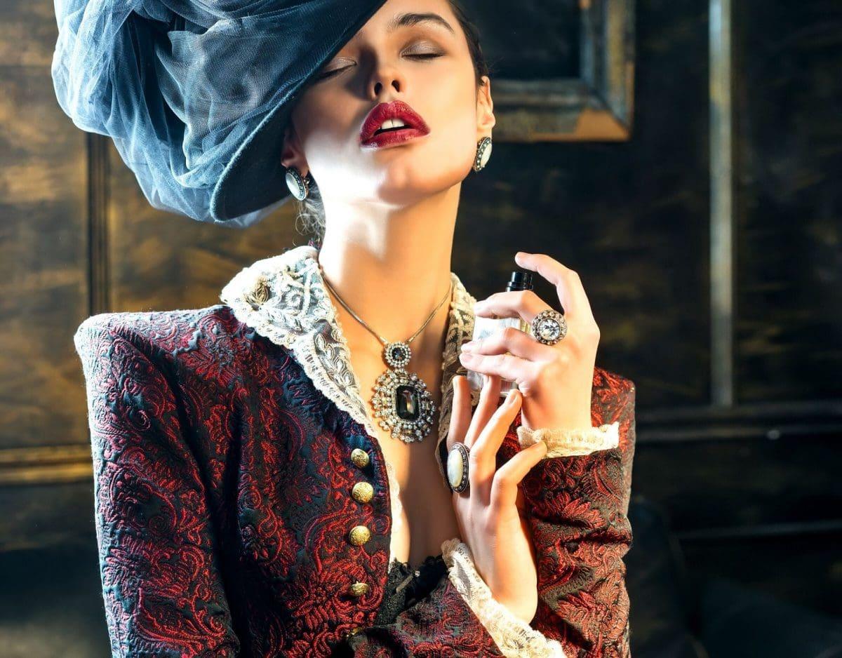 nischendüfte frau sprüht parfum luxus edel