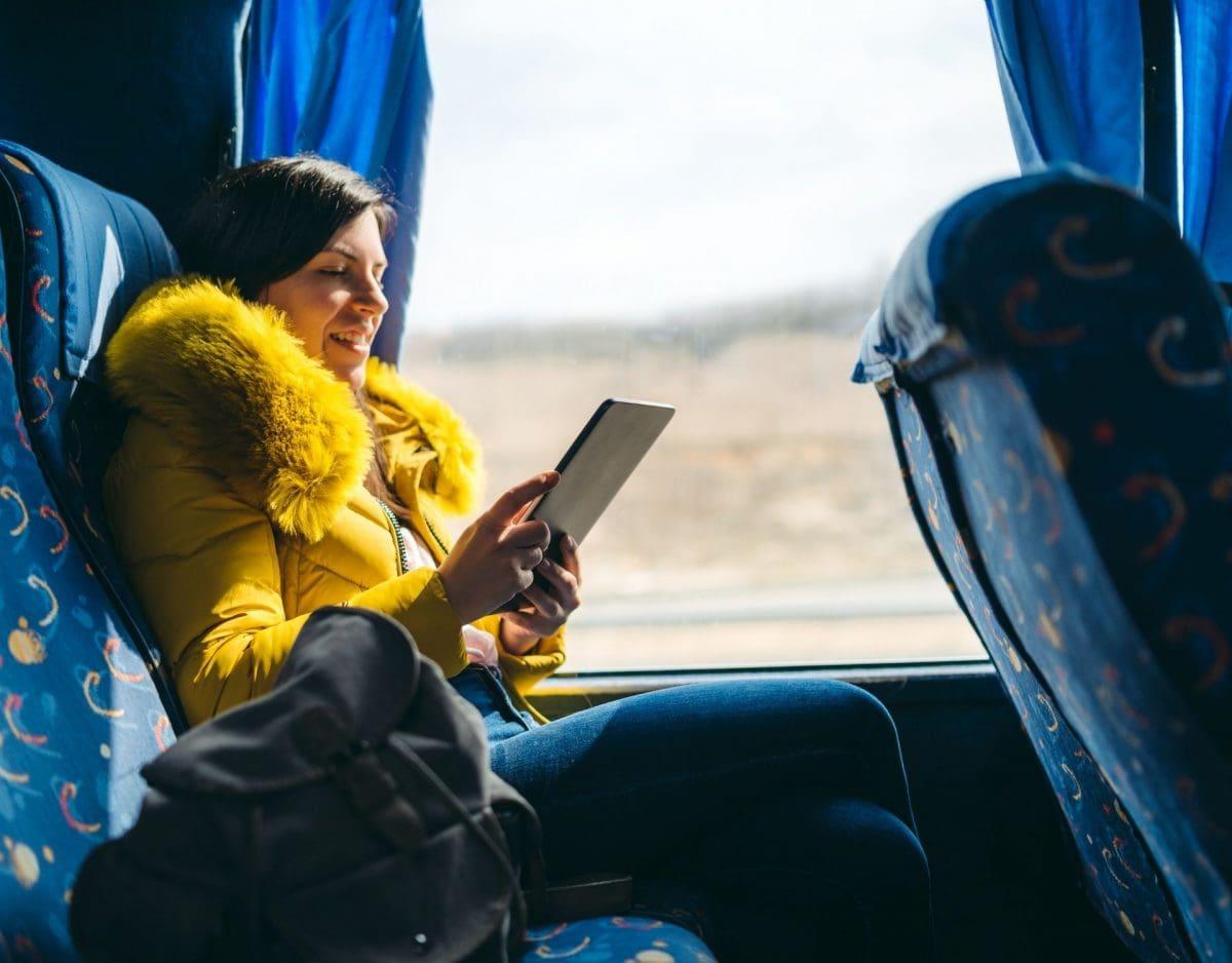 lange autofahrt filme frau im fernbus mit tablet