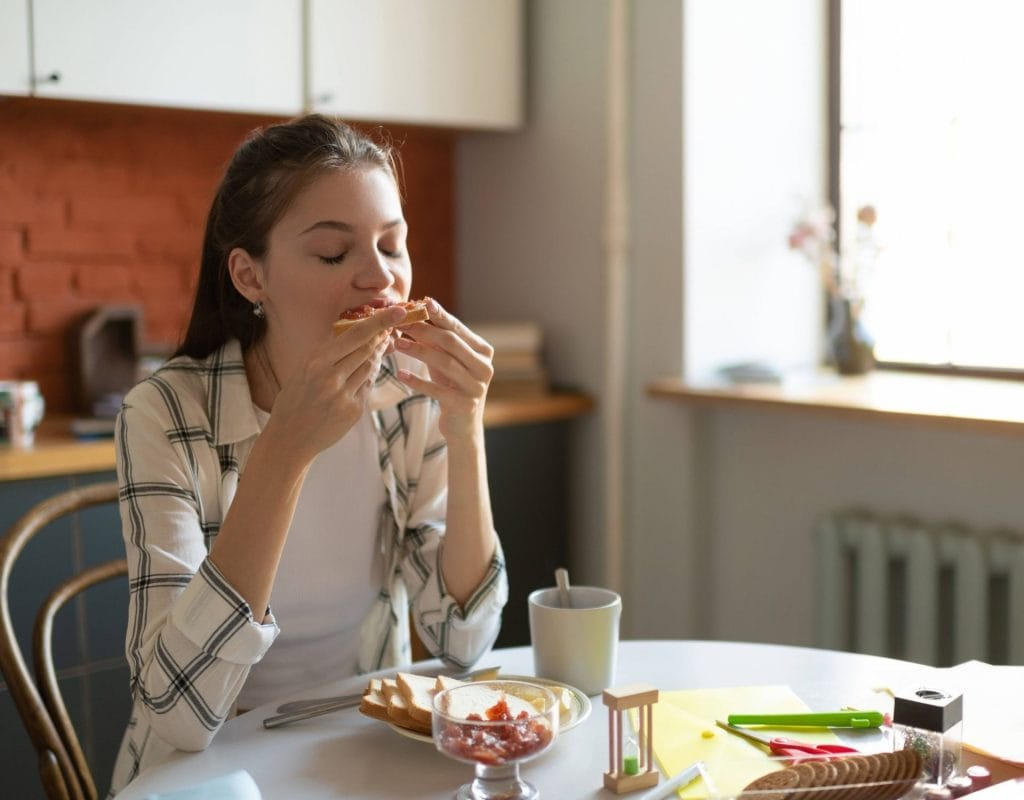 frühstück frau küche essen toast lecker morgen