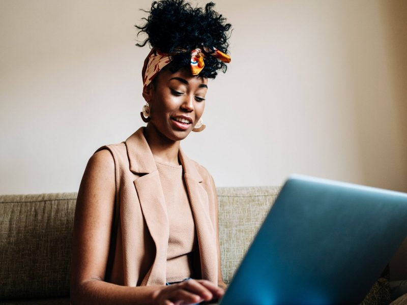 frau laptop arbeit hipster style happy afro