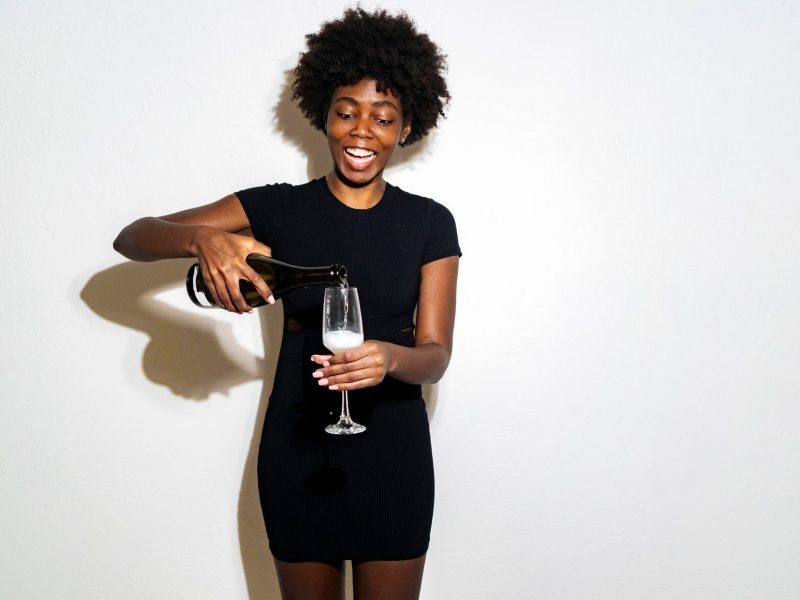 alkohol champagner trinken frau schwarz sekr party freude