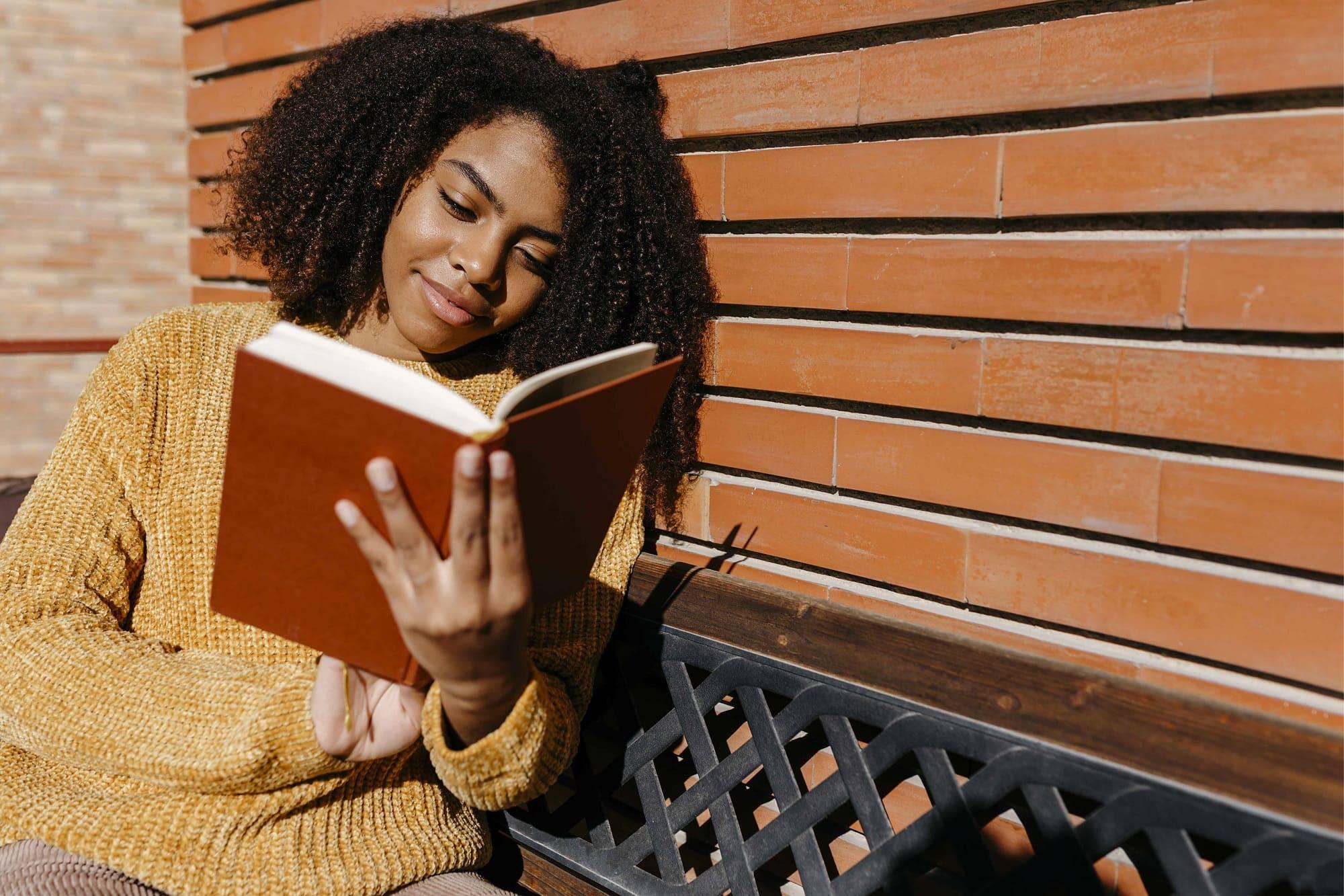 frau liest ein buch zum thema glück